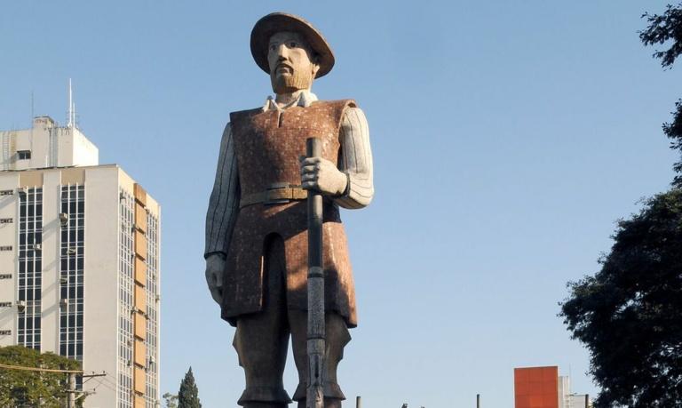 Justiça de SP libera acusados de incendiar a estátua de Borba Gato